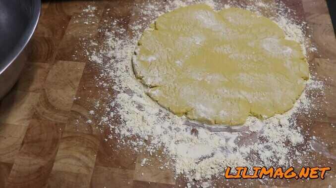 پهن کردن خمیر شیرینی نخودچی